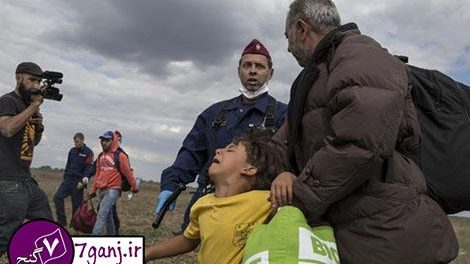 لگد خبرنگار زن به دو پناهجو