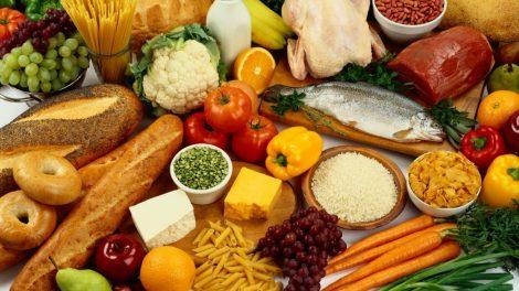 تفاوت های آلرژی با عدم تحمل غذاغذا خوردن در یک رستوران خوب می تواند به جای خاطره ای لذت بخش به یک کابوس تلخ تبدلی شود اگر مهده ی شما یا بدنتان سر ناسازگاری بگذارد. گاهی برخی غذاها به معده ی شما نمی سازد و گاهی نیز شما کلا به برخی غذاها آلرژی دارید و نمی توانید آن ها را مصرف کنید. حالا فرق بین این دو را می توانید؟ حملات آلرژیک با ناسازگاری یک غذا با معده ی شما 2 واکش کاملا متفاوت است و البته تاثیر مختلفی نیز دارد. ناسازگاری غذا با بدن شما به معنی این است که قرار است برای طی شدن پروسه هضم دردسر زیادی را تحمل کنید ولی آلرژِ یک پاسخ ایمنیاز طرف بدنتان است که می تواند گذرا باشد یا حتی زندگی شما را تهدید کند. تفاوت آلرژی با ناسازگاری غذا انواع زیادی آلرژی وجود دارد که تا حد زیادی وابسته به نوع واکنش ایمنی می تواند باعث تاثیرات مختلفی در بدن شما شود. آلرژی می تواند باعث ترشح آنتی بادی ایمونوگلوبولین E شده و در ادامه باعث تولید سطح بالایی از مواد شیمیایی در بدن مانند هیستامین شده و پاسخ های آلرژیک متفاوتی ایجاد کند. درصورتی که واکنش های بدن شما دیرتر رخ دادند یا اصلا اتفاق نیفتاد احتمال می رود که توسط نوع خاصی از سلول ها به نام سلول های T تاثیر آن ها در بدن از بین رفته باشد. ناسازگاری غذا می تواند باعث مشکلات گوارشی مثل نفخ و یا گرفگی عضلات شود. این علائم عموما به مشکلات گوارشی محدود می شوند. تفاوت مهمی که ناسازگاری غذا با آلرژی دارد این است که واکنش های آلرژیک ممکن است به سرعت خودشان را نشان دهند در حالی که ناساژگاری غذا عموما تا چن ساعت بعد خود را نشان می دهد. آلرژی های غذایی چقدر رایج هستند؟ حدود شش تا هشت درصد کودکان به نوعی مبتلا به آلرژی غذایی هستند در حالی که این رقم در بزرگسالان به سه تا چهار درصد می رسد. برخی از این آلرژی ها می تواند غیرقابل تحمل باشند. تشخیص آلرژی آلرژی علائم زیادی دارد که رایج ترین آن ها عبارتند از اسهال یا یبوست، اگزما، خستگی، ریفلاکس معده و مری و رنگ پریدگی می باشد. جالب است بدایند برخی آلرژِ ها می توانند به رشد کودکان لطمه بزنند برای همین است که قد و وزن آن ها باید مدام چک شود. تعدادی از مواد غذایی حساسیت زا رایج عبارتند از آجیل (به خصوص بادام زمینی)/ شیر/ تخم مرغ/ غذاهای دریایی (خصوصا صدف)/ گندم/ بعضی از میوه ها به خصوص کیوی و سویا با آلرژی چ