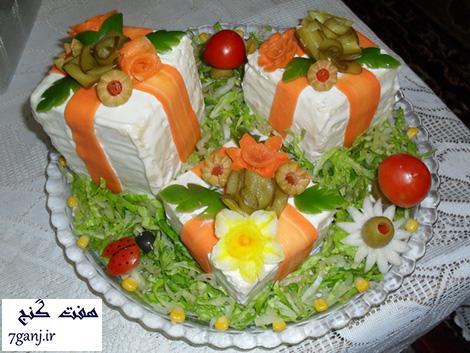 تزيين سالاد الويه به شكل كيك با تزيينات كاهو، هويج ، زيتون ، خيار شور و گوجه فرنگي