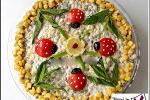 تزيين سالاد الويه با رت ، گوجه فرنگي ، زيتون، نعناع و ليمو