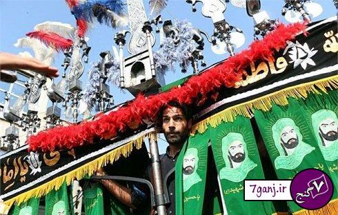 امير حسين صادقي در حال بلند كردن علم