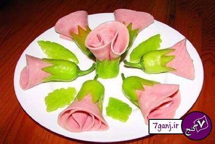 تزيين فلفل و كالباس به شكل گل براي روي سالاد