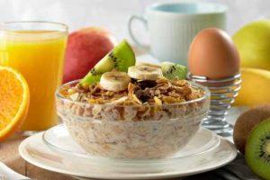 """گیاهخواران باید حبوبات و درصد پروتئین بیشتری بخورند. دکتر """"سواتی دیو"""" در این مقاله برای ما می گوید که چرا خوردن ترکیبی از حبوبات و غلات در طول روز مهم است. ما همیشه تعجب می کنیم که چرا پزشکان تغذیه اصرار دارند ترکیبی از حبوبات وو میوه جات و نان و تست و تخم مرغ را بخوریم. خب اگر شما هم میلی به خوردن همه ی این غذا ها با هم نداردی باید این مقاله را بخوانید. به گفته ی دکتر دیو حبوبات و غلات منبع غنی پروتئین است و حتما باید در طول روز این منبع تغذیه ای برای بدن تامین شود. حبوبات و غلات اگر چه مانند کربوهیدرات ها منبع انرژی بدن نیستند و برای انجام تمام کار ها بدن به سوزاندن آن احتیاج ندارد اما همین پروتئین ها برای ساختم یک سیستم دفاعی قوی، بهبود زخم ها، و حفظ پوست و مو مهم هستند. به همین علت است که توصیه می شود حداقل 10 تا 15 درصد رژیم غذایی شما از پروتیئین تشکیل شود. البته مراقب باشید که یاده روی نکنید. مصرف زیاد پروتئین م یتواند به کبد و کلیه ضرر برساند. حبوبات. حبوبات منبع غنی پروتئین و سایر مواد مغذی مثل ویتامین B1 و B2 و اسید فولیک و فیبر می باشد. برای گیاهخواران حبوبات یک منبع مهم تغذیه به شمار می آید. حبوبات با گستره ی بزرگی از طعم و شکل بخش وسیعی از رژیم غذایی گیهخواران را تشکیل می دهند. مانند سایر مواد غذایی گیاهی حبوبات هم دارای کلسترول و پربی کم بوده و مضر نمی باشند. حبوبات یک یاز راه های مهم جذب پروتئین برای گیاهخواران است. حبوبات وز شما را متعادل نگه می دارد غلات و حبوبات از سوی دیگر دارای فیبر و ویتامنی B کمپلکس بوده و آهن و روی زیادی دارند. خوردن این گوره غذایی بخصوص در صبحانه کمک می کند تا شما روزتان را با انرژی بیشتری شروع کرده و همچنین تا مدت بیشتری وزن خود را ثابت نگه دارید. ترکیبی از حبوبات و غلات ترکیبی از حبوبات و غلات را با هم مصرف کنید چرا که ترکیب سالمی است. مصرف غلات و حبوبات به صورت همزمان نه تنها طعم مزه را بهبود می بخشد یلکه جذب پروتئین را هم بهتر م یکند. درواقع خوردن غلات و حبوبات ه هم باعث می شود بدن همنی مواد غذایی فیبر دار را هم به راحتی ضهم کند. نظر شما چیست؟"""