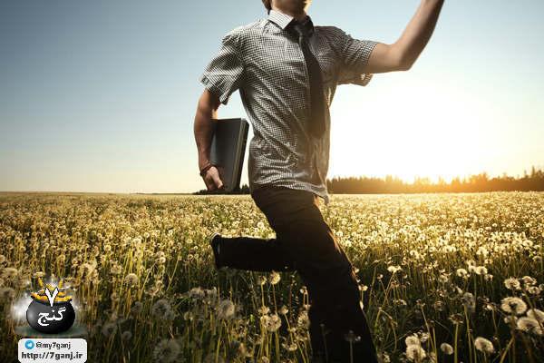 5 راهکار برای رسیدن به اهداف ما همه تصمیمات زیاید می گیریم و برنامه ریزی های مختلفی طرح می کنیم که قاطعانه می خواهیم به آن ها برسیم اما اهداف همیشه عملی نمی شوند. با این حال اگر به اندازه ی کافی استحکام و استقامت داشته باشید ممکن است بتوانید به خواسته های تان برسید. جاه طلبی تان شما را وسوه م یکند که مدرک دانشگاهی تان را تنها در 3 سال بگیرید؟ تصمیم گرفته اید که سخت مطالعه کنید و درس بخوانید تا به این هدف خود برسید؟ خیلی خوب است که اهدافی برای خود داشته باشید اما همیشه برای رسیدن به اهداف فاکتورهایی لازم است که در قدم اول باید آن ها را بشناسید و در قدم دوم آن ها را در خود به وجود آورید. با هفت گنج همراه باشید تا این فاکتور ها را به شما یادآوری کنیم. عشقف شور و پشتکار برای رسیدن به اهداف با توجه به تحقیقات آنجلا داک ورت از دانشگاه پنسیلوانیا استحکام و علاقه به رسیدن به اهداف یا به عبارتی عشق به خواسته های تان می تواند شما را به سمت اهداف راهنمایی کند. در یک بررسی روی ویژگی های شخصیتی و رفتارهای فردی برای رسیدن به اهداف دانشمندان به این نتیجه رسیدند که در اصل عشق به کارها نسخه ی دیگری از وجدان است که به طور سیستماتیک فرد را کنترل کرده و برای فعالیت کردن در زمینه یخواسته هایش او را تحریکک م یکند. البته این فرایند لزوما خوب نیست. برخی ناخواسته برا یانجام کارها و رسیدن به اهداف مشتاق ترند و دوست دارند تمام تلاش شان را برای این موضوع در میان بگذارند. درحالی که برخی دیگر رویاهای زیادی دارند اما شاید بیشترین تلاش شان پرحرفی در خصوص اهداف شان باشد. محققان فکر می کنند که پشتکار و استقامت برای رسیدن به اهداف از شخصیت و ویژگی های فردی شخص منشا می گیرد و به منیت او بستگی دارد. البته این ویژگی های می تواند اکتسابی باشد و با تلاش و وقت گذاشتن آن ها را یاد گرفت و موفقیت را در زندگی فرد تضمین کرد. با دانستم این ویژگی ها می توانید افراد پرشورتر و مشتاق تری در جامعه دشاته باشید و ملت پویاتر و اکتیوتری را در اطراف خود ببینید. 5 راهنمایی زیر به شما کمک می کند تا چنین فردی را در خود پرورش دهید. 1. شور و شوق را در خود ایجاد کنید برای رسیدن به اهداف اگر شور و شوق می تواند کمک کند چرا نباید آن را در خود داشته باشید؟ شاید گاهی ذهنیت شما این موضوع را پشتیبانی نکند اما می توانید به خود تلقین کن