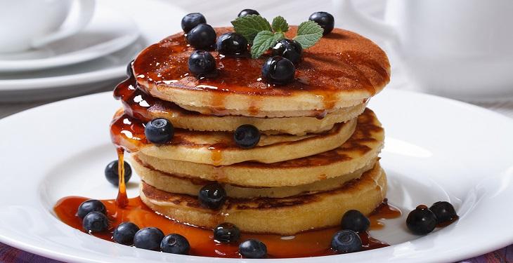 صبحانه پنکیک خوشمزه با بلوبری