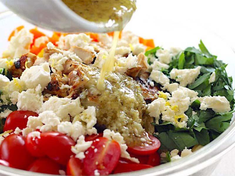 طرز تهیه سالاد پاستا با مرغ یونانی خوشمزه