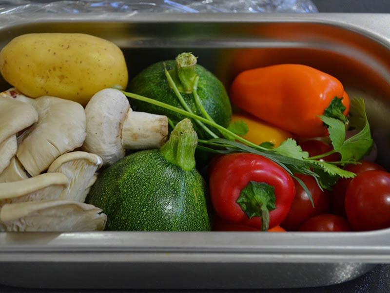 طرز تهیه کامل خوراک ماهی قزل آلا 5 ستاره همراه با سالاد سبزیجات