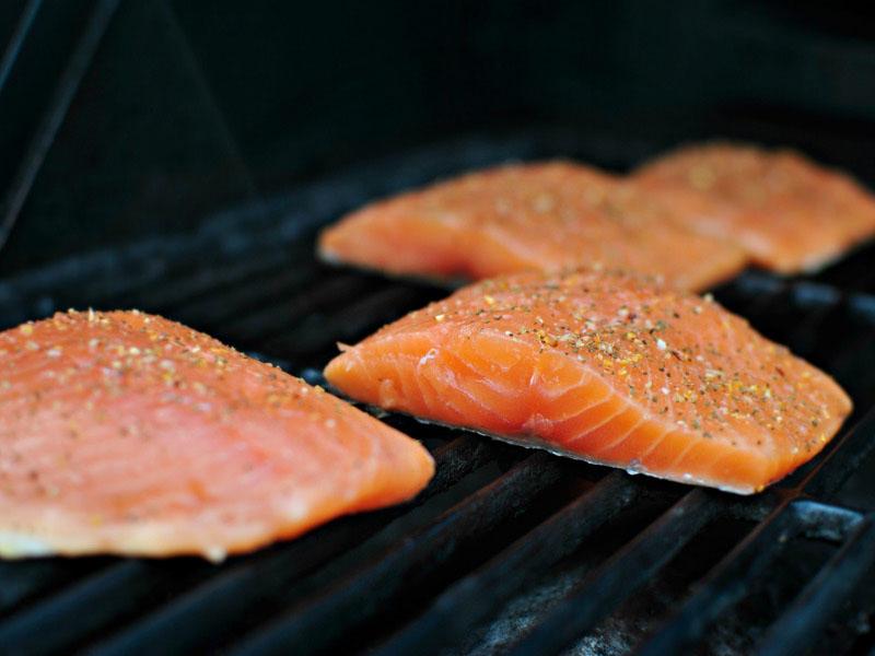 طرز تهیه سالاد با ماهی سالمون و سس خردل