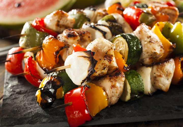 طرز تهیه کباب چوبی مرغ و سبزیجات؛ غذایی پرکالری و کمچرب