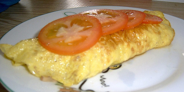 طرز تهیه صبحانه ای دلچسب با املت پنیر و ژامبون