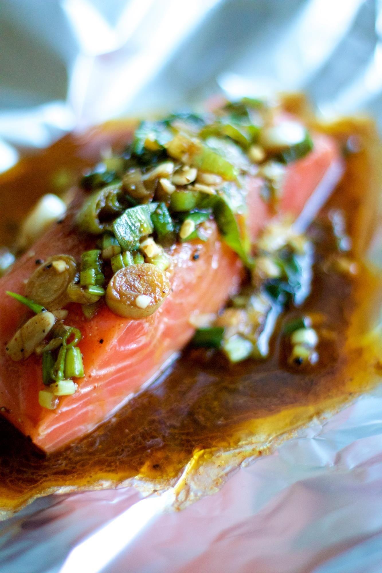 طرز تهیه ماهی را برای تمیزکاری در فویل بپزید