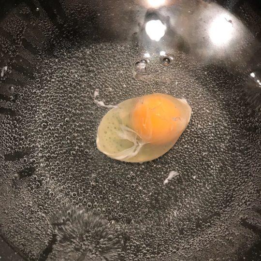 طرز تهیه روش تخم مرغ آب پز بدون پوست (پوچد اگز)