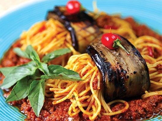 طرز تهیه اسپاگتی بادمجان پیچ؛ خوراک بقچه ای تابستانی